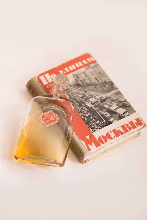 Набор из духов Красная Москва и путеводителя по архитектуре Москвы