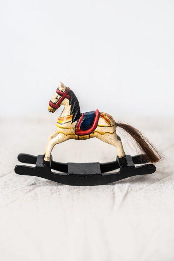 Деревянная лошадка-качалка