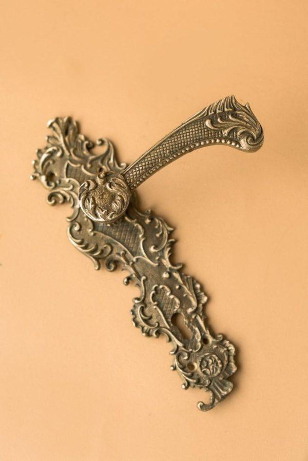 Дверная ручка из бронзы
