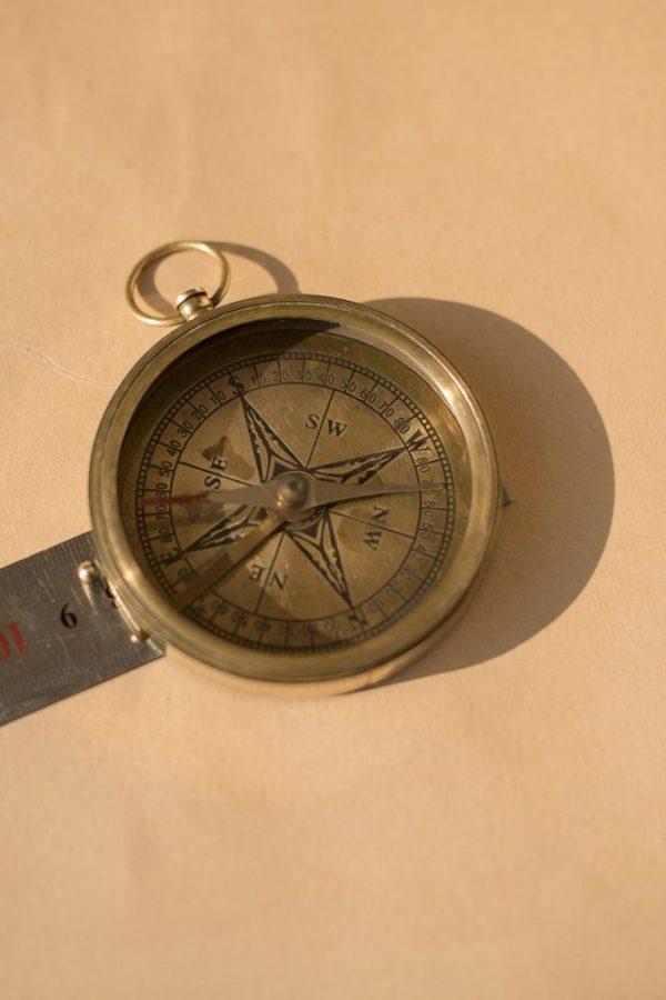 Старинный компас из латуни