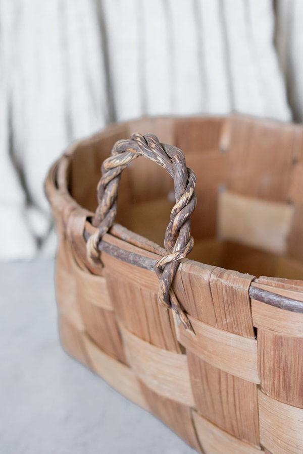 Старая деревенская корзина с ручками