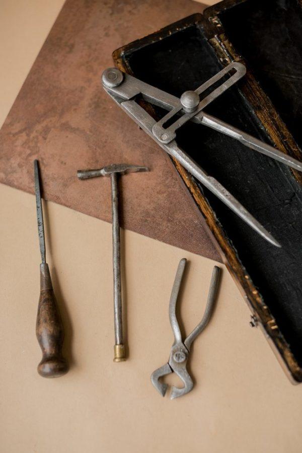 Набор старинных инструментов со штопором в кофре