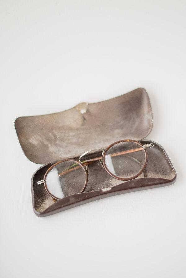 Старинные очки круглой формы с футляром