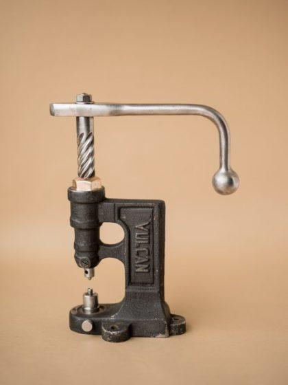 Старинный настольный ручной пресс для заклепок